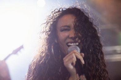 young-female-singer-performing-in-nightclub-CD4FLZ6